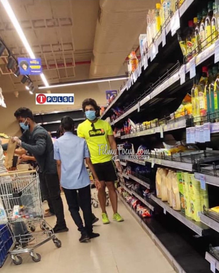 Allu Arjun Spotted At Super Market1